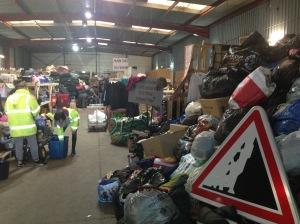 Stocks de vêtements en cours de tri à l'Auberge des migrants
