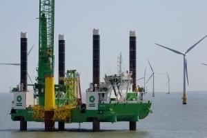Navires d'installation effectuant des travaux de construction de parc éolien en mer. Crédit Deme